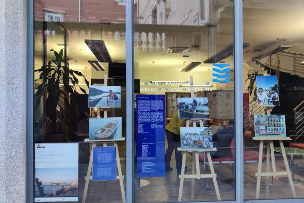 """""""Ženske veslajo … stoje / Donne remano … in piedi"""" – fotografska razstava v Mestni knjižnici Piran"""